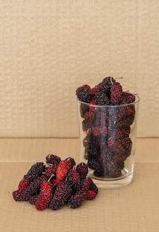Organische maulbeerfrüchte im glas