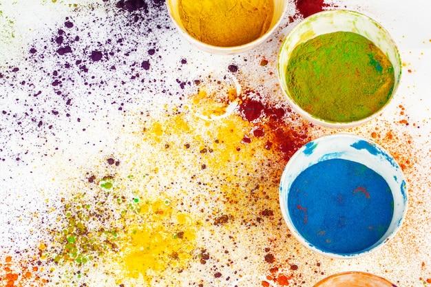 Organische pulverfarben in der schüssel für holi-festival