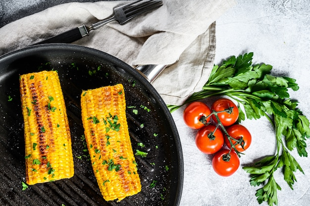Organischer gegrillter mais in einer bratpfanne. bio-bauerngemüse.