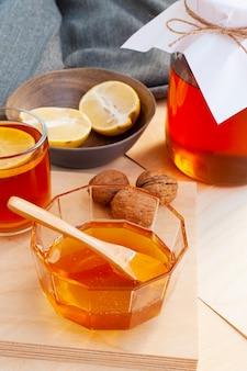Organischer honig der nahaufnahme auf dem tisch