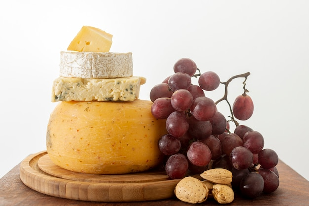 Organischer käse der nahaufnahme mit trauben