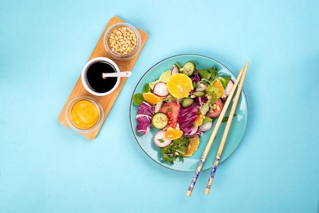 Organischer vegetarischer salat mit gemüse und soße.