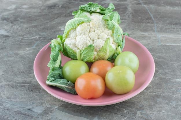 Organisches gemüse. blumenkohl und unreife tomaten.
