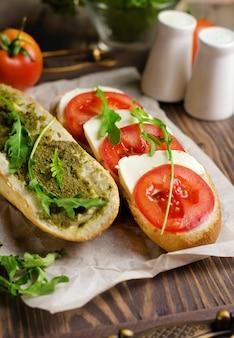 Organisches selbst gemachtes caprese-sandwich mit tomate und mozzarella
