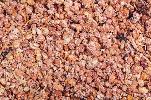 Organisches selbst gemachtes granola-getreide mit hafer und mandel. masern sie haferflockengranola oder -müsli als hintergrund.