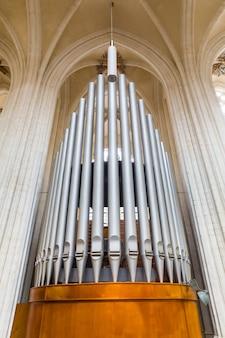 Orgelpfeifenansicht von unten, antikes musikinstrument in der domkirche, europa. europäische berühmte orte für tourismus und reisen