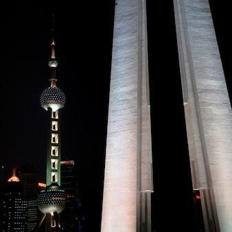 Oriental pearl tower und monument zu den helden der leute, der bund, shanghai, china