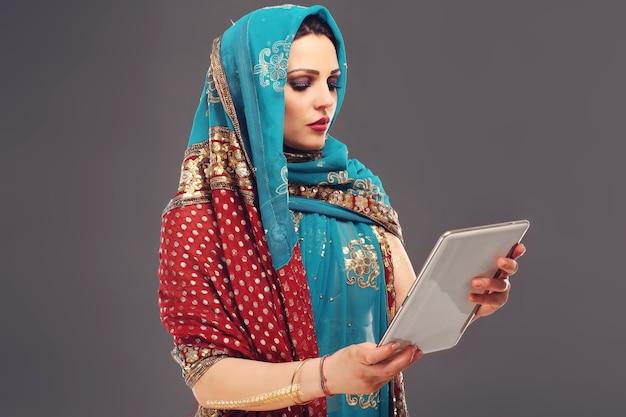 Orientalische frau mit tablet