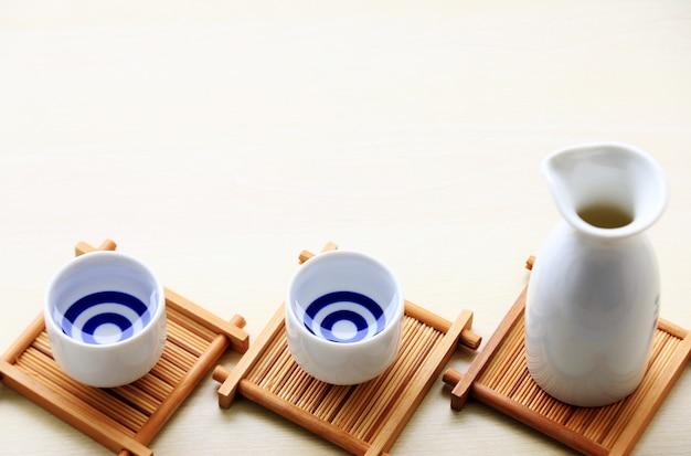 Orientalische getränkart des japanischen sake auf dem tisch