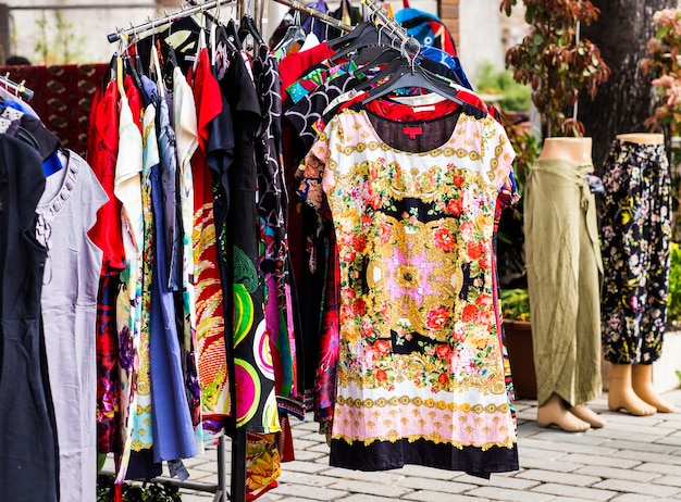 Orientalische kleidung an einem marktstand in istanbul, türkei