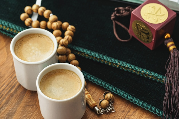 Orientalische religiöse perlen schließen oben auf einem holztisch