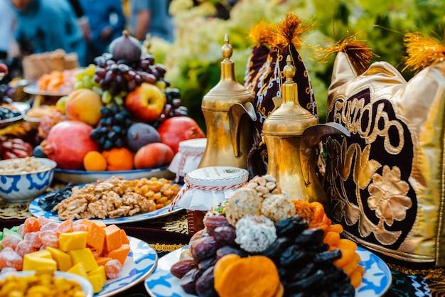 Orientalische süßigkeiten auf dem feiertagstisch.