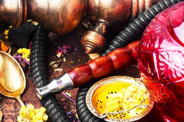 Orientalische tabakpfeife mit blumigem teearoma