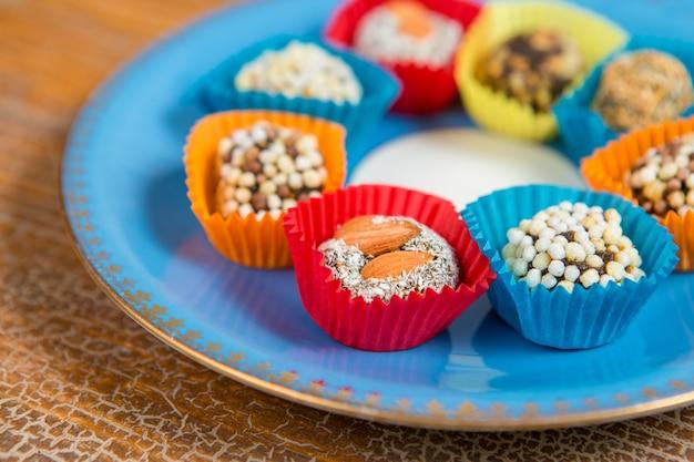 Orientalische trockenfrüchte mit nüssen, türkische süßigkeiten auf einem teller