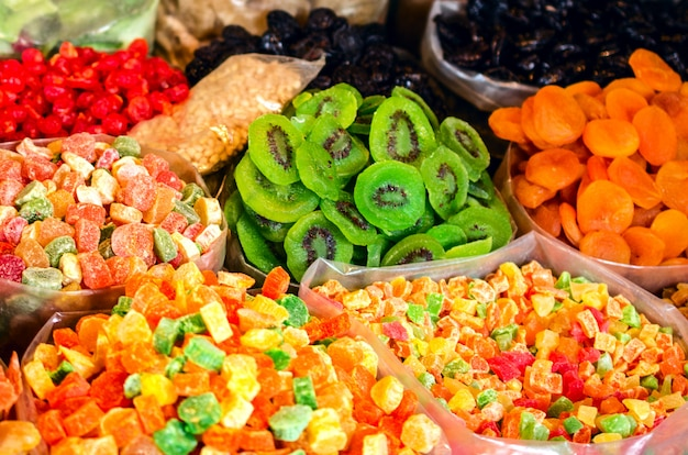 Orientalische und kaukasische süßigkeiten auf dem markt in tiflis.