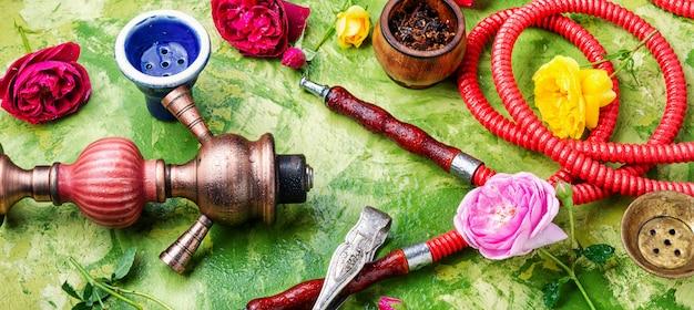 Orientalische wasserpfeife mit rosenduft
