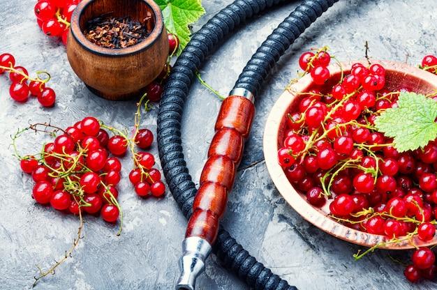 Orientalische wasserpfeife mit roter johannisbeere