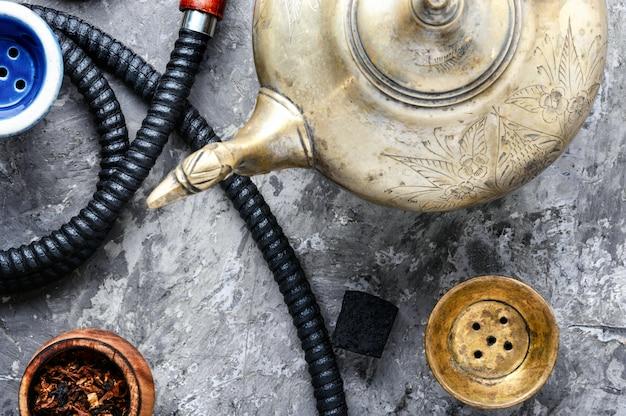 Orientalische wasserpfeife mit tee