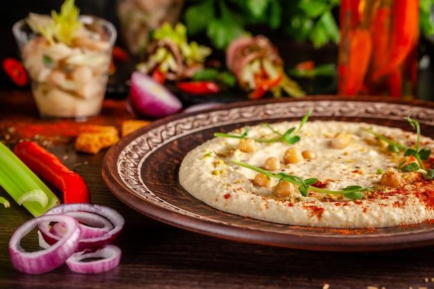 Orientalischer hummus mit gegrilltem sesam und pistazien.