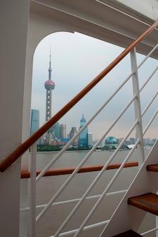 Orientalischer perlen-turm angesehen von einem kreuzschiff, huangpu-fluss, pudong, shanghai, china