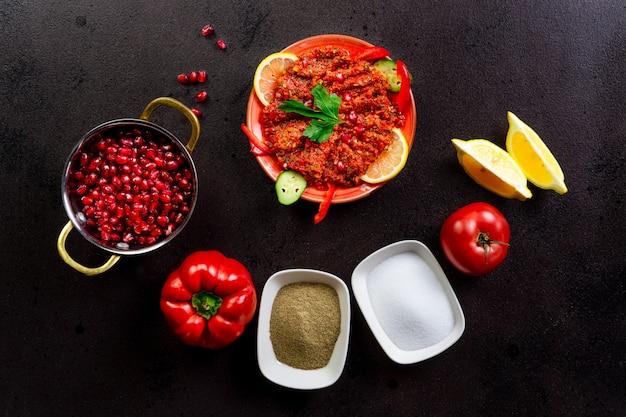 Orientalischer salat, fertiggericht und zutaten.