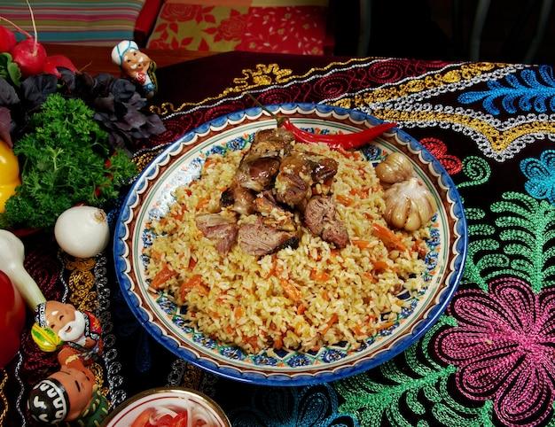 Orientalischer usbekischer pilaw zentralasiatische küche