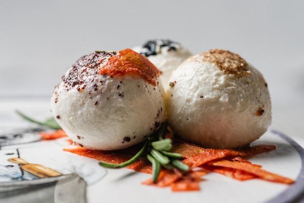 Orientalisches hausgemachtes käsemakro mit rosmarin, nigella, kalindzhi, sumy, garam masala