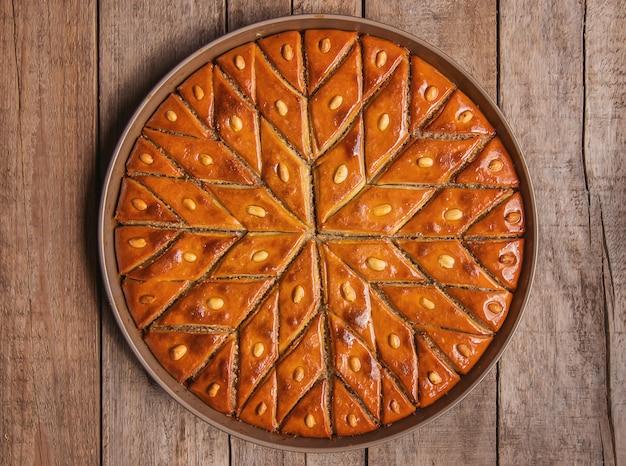 Orientalisches süßes baklava mit nüssen.