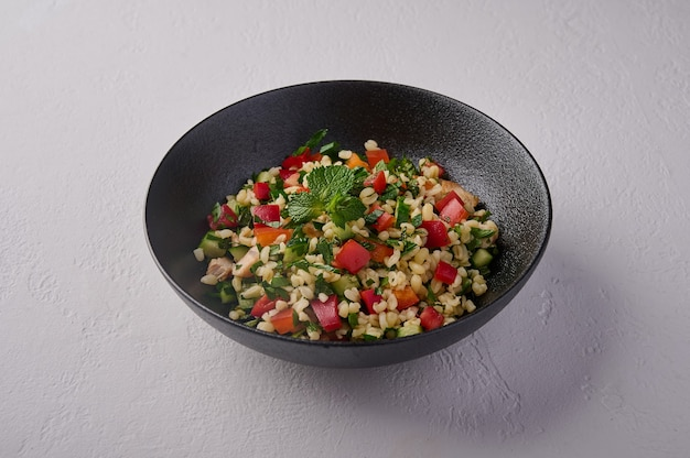 Orientalisches traditionelles salat-tabouleh aus bulgur oder couscous geflügelfleisch petersilie minze in
