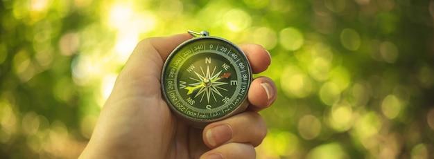 Orientierungslauf im wald mit kompass in der hand, bannerfoto