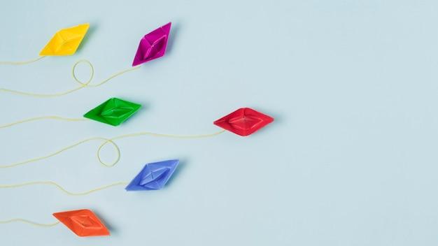 Origami-boote, die führungskonzept darstellen