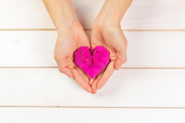 Origami herz. symbol für den valentinstag