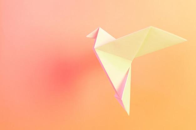 Origami papier weiße tauben auf einem pastellrosa