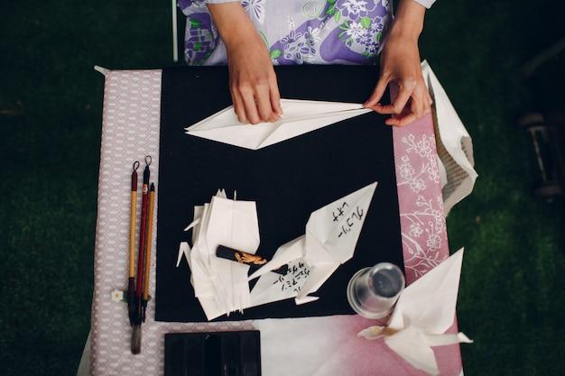 Origami und weibliche hände