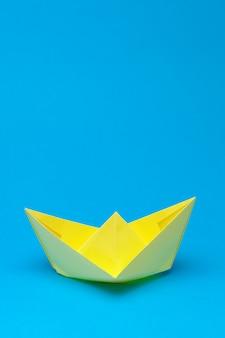Origamipapierboot auf blau