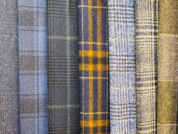 Original und modisch karierte stoffe nahaufnahme. große auswahl an stoffen im laden.