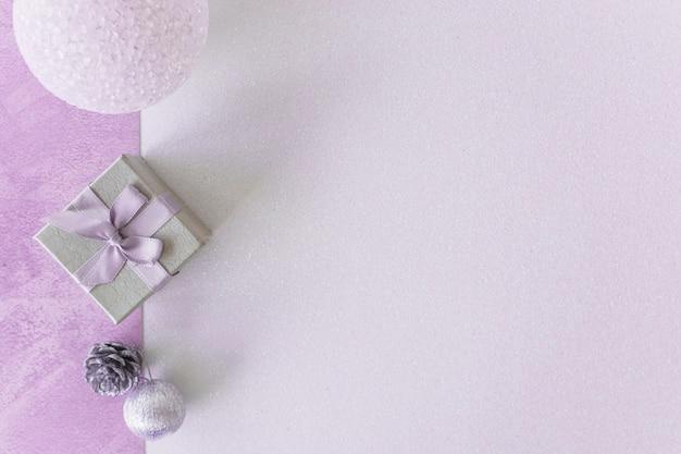 Ornament flitter in der nähe von geschenkbox und snag