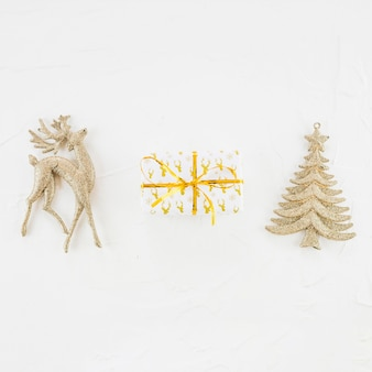 Ornament hirsch und tanne in der nähe von geschenkbox