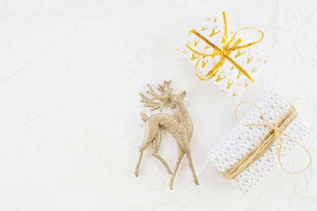 Ornament hirsche in der nähe von geschenkboxen