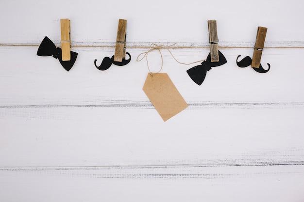 Ornament papier fliege in der nähe von schnurrbart und tag am thread