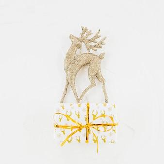 Ornament reh in geschenkbox in der verpackung