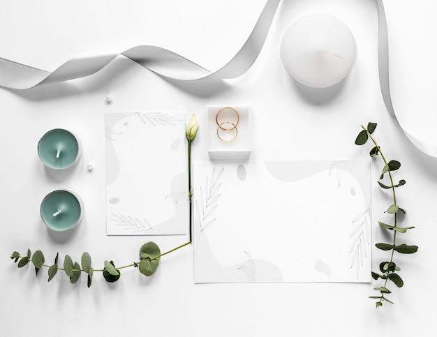 Ornamente für die hochzeit auf dem tisch