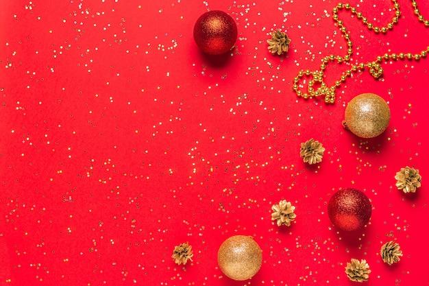 Ornamente mit tannenzapfen und konfetti