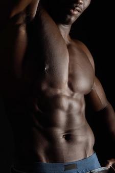 Orso des afrikanischen mannes auf schwarzem
