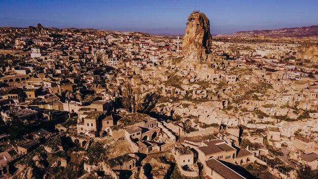 Ortahisar ist berühmt für malerische steinhäuser und burgähnliche felsformationen, nach denen die stadt benannt ist.