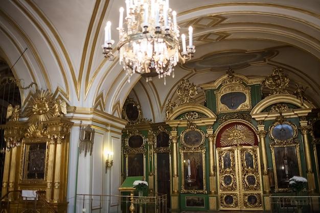 Orthodoxe christliche ikone im kirchenwandinnenraum.