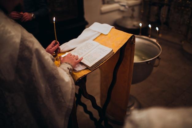 Orthodoxer christlicher priester und bibel in der kirche. ritus der epiphanie-zeremonie.