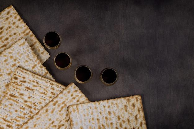 Orthodoxer jude zubereitet mit vier tasse wein koscher matzah am traditionellen pesach jüdischen passahfest