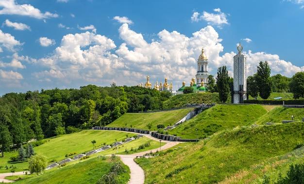 Orthodoxes kloster kiew pechersk lavra und denkmal für die hungersnot in der udssr