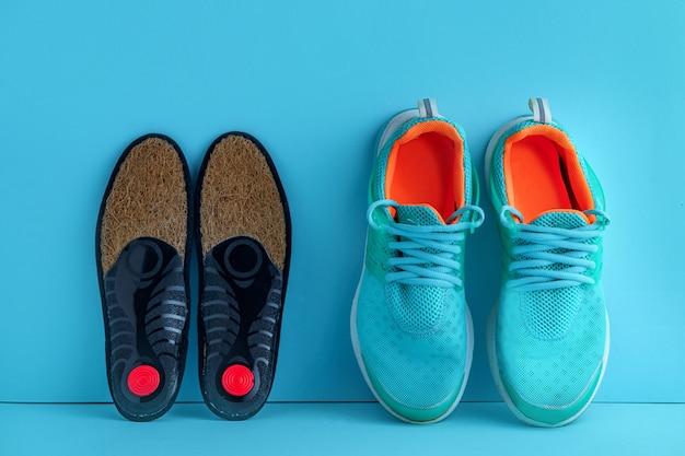 Orthopädische einlegesohlen für sportschuhe zur vorbeugung und behandlung von plattfüßen. fußpflege und bequeme schuhe tragen